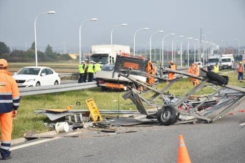 2021/09/13 Ciężarówka wjechała w samochód służb drogowych
